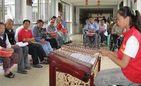 扬琴独奏《茉莉花》让老人们听得亲切.