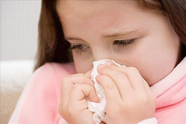 """据了解注射""""丙种球蛋白""""可以预防孩子经常感冒,真的是这样吗?广东省中医院吴伟霞医师认为,丙种球蛋白就是我们家长简称说的吊丙球,它是一种血清制品,就是从我们正常人身体里面提取出来的含有一部分抗体的一个蛋白质来的。一般我们临床上使用是它起到一个让没有什么免疫功能或者免疫力很低的状态下快速提高到一个具有被保护性的一种状态。它一般是在一些有基础性病情比较重,有可能会合并很多感染的情况下会选择使用。或者有一个严重的病毒感染,我们作为一个综合病毒的使用治疗某些病,比如说川崎病,我们就会选择使用。 但是家长认为它"""