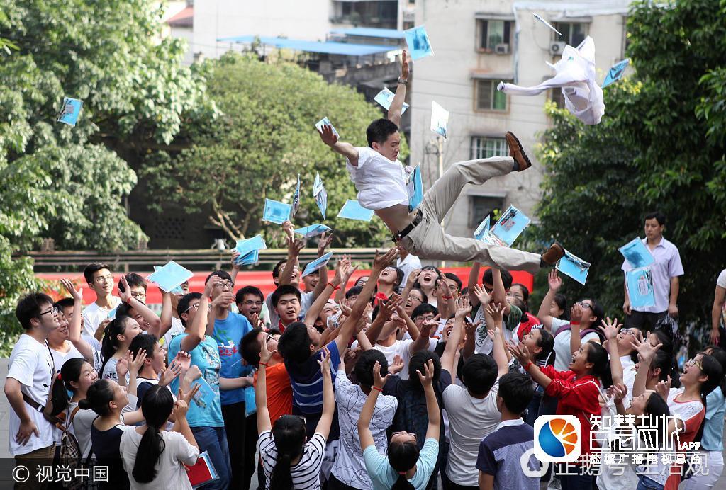 2012高考结束 考生相拥庆祝