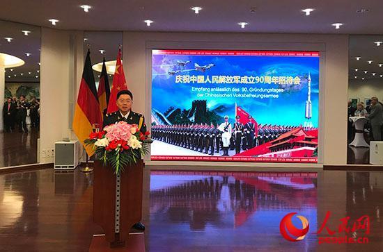 中国驻德国大使馆国防兼海、空军武官周明少将在招待会上发表致辞。 冯雪珺摄