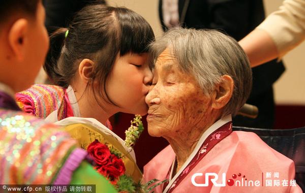 2010年5月7日,父母节来临之际,韩国江原道春川市当日举行了父母节庆祝活动。(图片来源:国际在线)