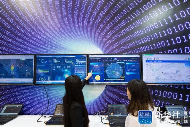 2017年9月8日,参观者在江苏南京举行的软件产品和信息服务交易博览会上观摩大数据信息应用展示。新华社发(苏阳 摄)