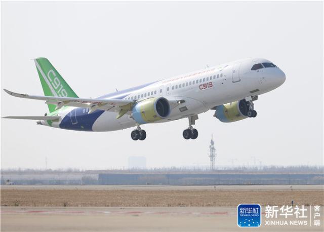 2017年12月17日,第二架C919大型客机在上海浦东国际机场完成首次飞行,意味着C919大型客机将逐步拉开全面试验试飞的新征程。新华社记者 丁汀 摄