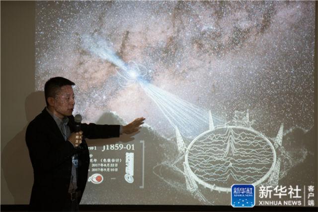"""2017年10月10日,中国科学院国家天文台宣布,被誉为""""中国天眼""""的500米口径球面射电望远镜(FAST)经过一年紧张调试,已实现指向、跟踪、漂移扫描等多种观测模式的顺利运行,并确认了多颗新发现脉冲星。这是FAST工程副总工程师李菂介绍新脉冲星发现过程。新华社记者 金立旺 摄"""