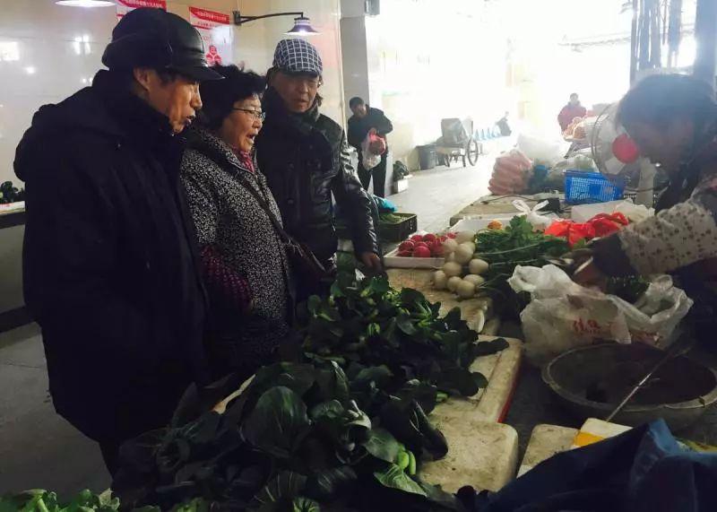 几位老人相约去买菜