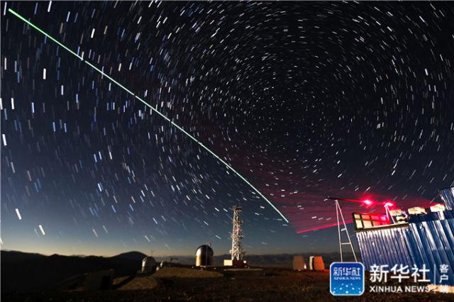 """2016年12月9日,""""墨子号""""量子科学实验卫星与阿里量子隐形传态实验平台建立天地链路(合成照片)。新华社记者 金立旺 摄"""