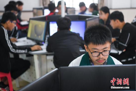 资料图:中等职业学校学生操作计算机。
