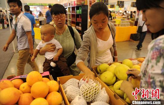 资料图:市民在选购水果。中新社发 刘忠俊 摄