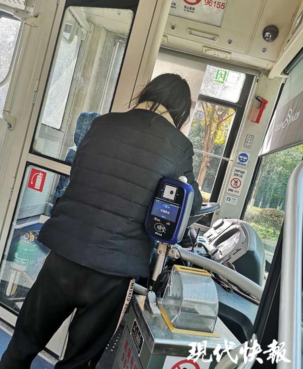 南京男子自称脑部残疾抢夺公交车方向盘 被拘留7天