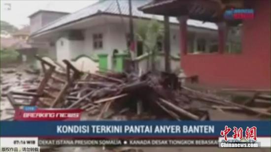 记者从中国驻印尼大使馆了解到,使馆正在核实有关情况,目前暂未收到中国公民伤亡的报告。图为海啸过后当地街头一片狼藉。(视频截图)