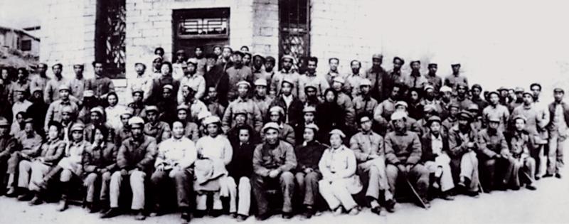 1942年5月2日至23日,在延安整风期间,毛泽东同志亲自主持召开了有文艺工作者、中央各部门负责人共100多人参加的延安文艺座谈会。图为延安文艺座谈会代表合影(吴印咸/摄)。