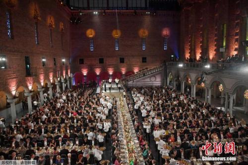 资料图:当地时间2018年12月10日,瑞典斯德哥尔摩,2018诺贝尔奖晚宴举行,诺贝尔奖得主、瑞典王室成员与众多名流出席。
