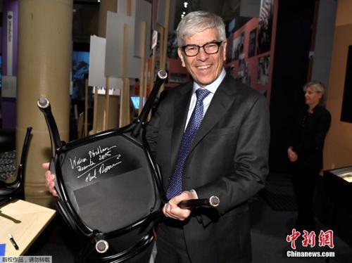 资料图:2018年诺贝尔经济学奖获得者保罗·罗默展示其签名的椅子。