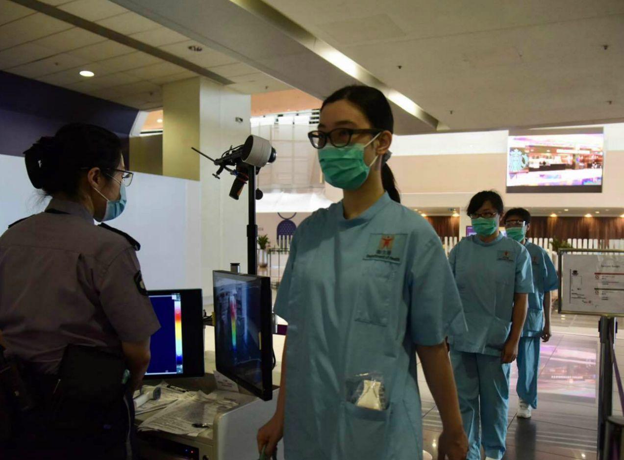 医务人员进入医院内部。