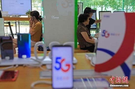资料图:图为市民等待办理5G手机和网络相关业务。 殷立勤 摄
