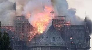 巴黎圣母院突发大火,塔尖在大火中坍塌!