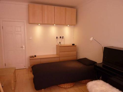 客厅安装一个吸顶灯(单控)和一个电视插座原里图