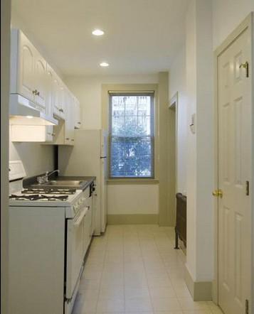 并把橱柜的上柜也设计成玻璃窗,你会发现小户型厨房并不逊色.
