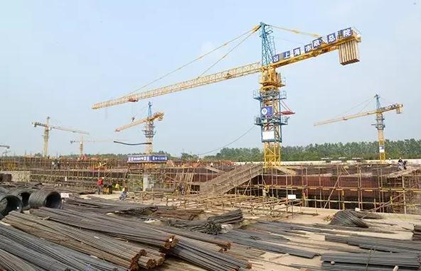今天上午,盐龙湖水厂一期工程建设现场一派繁忙,施工单位抓住当前晴好天气,加快推进工程建设。盐龙湖水厂是全市八大类重点工程和为民办实事项目之一。工程建设总设计规模为60万立方米/日,分为两期开工建设。一期工程日处理量为30万吨,项目计划投资7.1亿元,预计今年年底试运行。一期工程采用预处理+强化常规处理+深度处理工艺,届时市区饮用水将实现深度处理水供应全覆盖,全面提升了市区饮用水安全和品质,增强了供水保障能力。