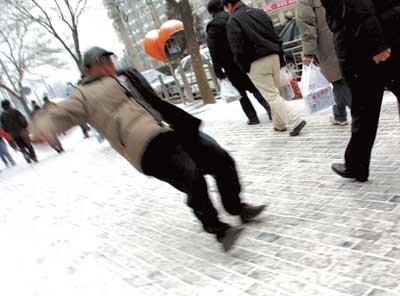 """医生提醒:雪天路滑易摔伤 老人""""猫冬""""很必要"""