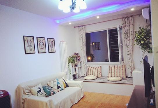 沙发背景墙也是留白,以三幅装饰画为主.