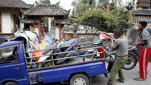 巴厘岛火山爆发在即 当地居民紧急撤离