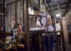 中国监狱主题餐馆 顾客在铁栅栏里吃饭
