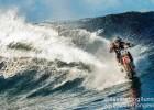 澳大利亚特技摩托车手驾水上摩托 上演海浪飙车