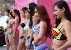 济南女大学生零下3度泳装走秀争万元奖金