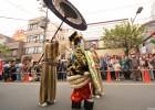 东京再现吉原艺妓头牌街上行游 众人围观