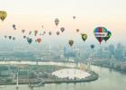 伦敦举行热气球比赛 雾都天际线五颜六色