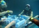 重庆天气炎热 美女扮人鱼 水下麻将玩求清凉