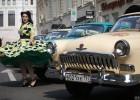 俄罗斯举行老爷车集会 民众身穿复古服装