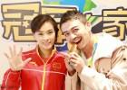 杨烁助阵跳水比赛 拥抱祝贺吴敏霞