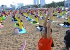 """山东海滩上演""""千人瑜伽"""" 现场整齐有序"""