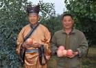 村支书帮村民卖苹果 拍古装摘苹果写真