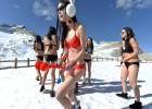 女主播穿比基尼雪山直播 边吸氧气边堆雪人