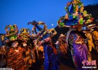 西班牙小镇举行传统狂欢节 村民戴彩花高帽抢眼