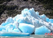 智利格雷冰川突然断裂 巨大冰块脱落