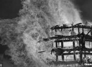 """火光冲天 四川""""亚洲第一高木塔""""被烧毁"""