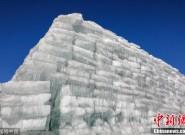 """藏冰人2000吨冰块堆砌巨型""""冰山"""" 成应季胜景"""