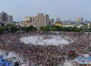 傣历新年 双版纳傣族自治州举行泼水狂欢节