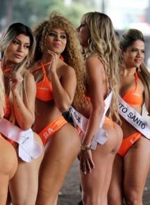 众比基尼美女为巴西美臀小姐大赛预热
