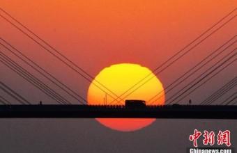 """青岛胶州湾跨海大桥""""长虹卧波""""美如画"""