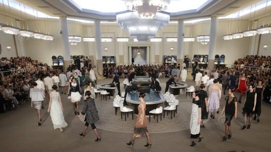 巴黎时装周玩坏T台秀 名模穿梭赌桌之间